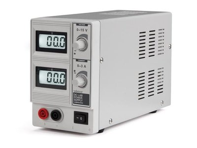 DC-LABOVOEDING 0-15 VDC / 0-3 A MAX MET DUBBEL LCD-SCHERM